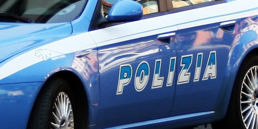 Român arestat în Italia. S-a plimbat dezbrăcat pe stradă și a lovit un polițist.
