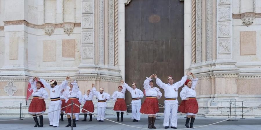Spectacol de dansuri populare românești în Italia