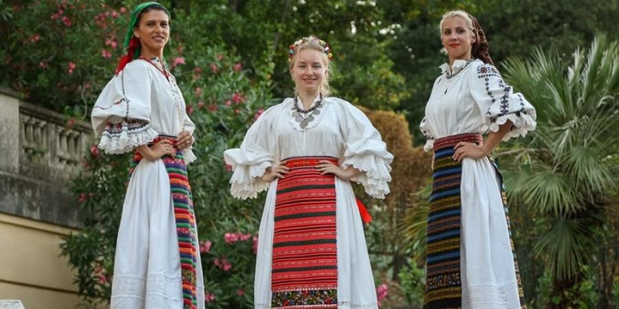 Ia românească, admirată la Roma de turiști din întreaga lume